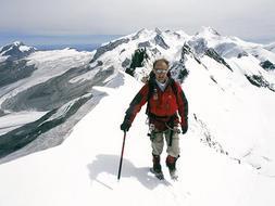 Conquista el Everest con 65 años tras atravesar los dos polos