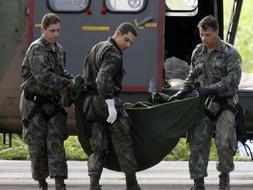 Varios militares descargan de la aeronave H-34 Super Puma de la Fuerza Aérea brasileña 13 cadáveres más de las víctimas del accidente del avión de Air France. / Efe