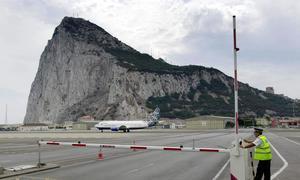 Los guardias civiles retenidos en Gibraltar vuelven a su base de Algeciras