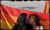 Beso frente al Parlamento de Portugal / AFP