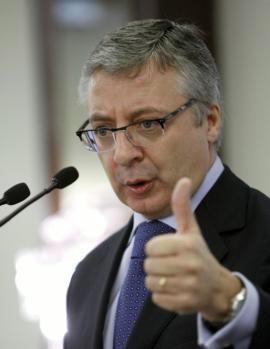 Blanco exige a los controladores que se bajen el sueldo hasta los 200.000 euros