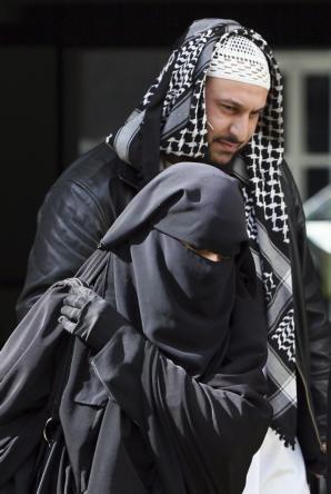 REUTERS  Liés Hebbadj, junto a su mujer, multada por conducir con niqab