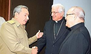 Raúl Castro, el arzobispo de La Habana, cardenal Jaime Ortega (d), y el presidente de la Conferencia de Obispos Católicos de la isla, Dionisio García Ibáñez (c) /EFE