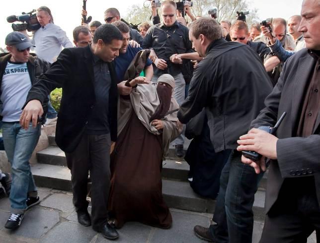 Mucho ruido y tres detenciones en el primer día sin burka en Francia
