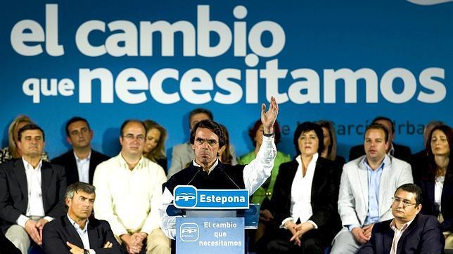 El Gobierno calla después de que Aznar le acusara de vender bombas de racimo