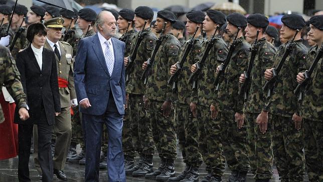 El Rey renuncia al paraguas y se moja con los soldados