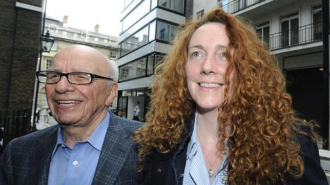 Murdoch rectifica y comparecerá junto a Brooks el próximo martes en el Parlamento