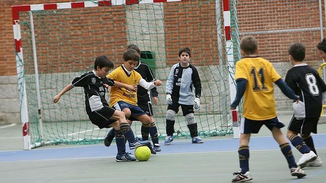 Jugar al fútbol para tener buenas notas en el cole