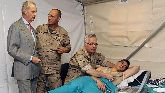 Morenés ve «prioritario» atraer       nuevos médicos a las Fuerzas Armadas