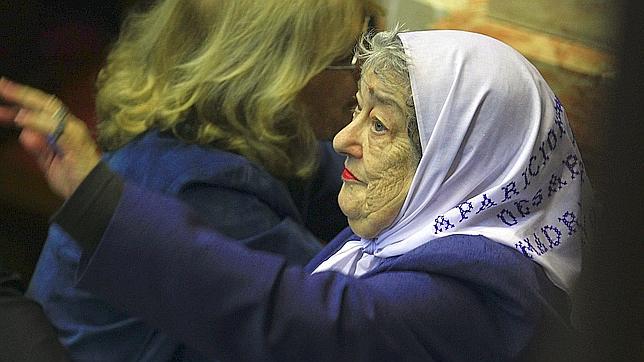 Piden investigar a la líder de las Madres de la Plaza de Mayo