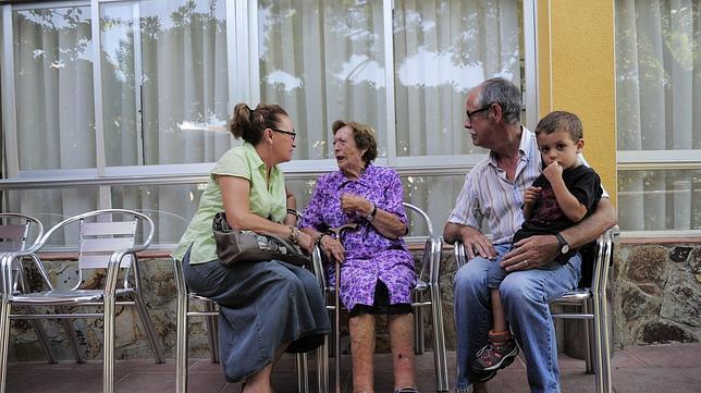Más de un tercio de las abuelas cuidan a sus nietos al menos una vez a la semana