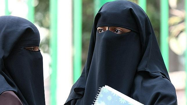 Una profesora egipcia corta el pelo a dos alumnas que se negaban a llevar el velo