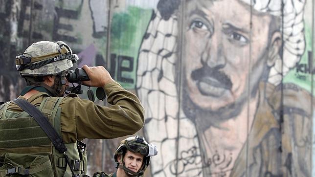 La viuda de Arafat aplaude la «dolorosa» exhumación para saber de qué murió