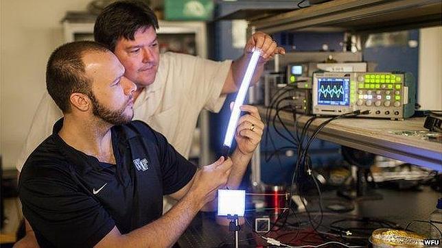 La bombilla de plástico que puede acabar con los fluorescentes