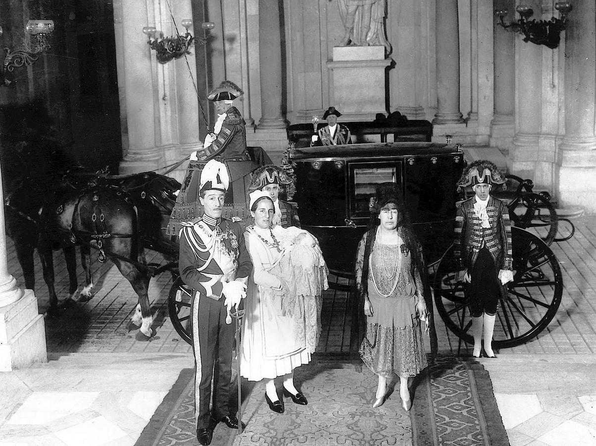 El duque de Alba al salir del palacio real después del bautizo de su hija Cayetana