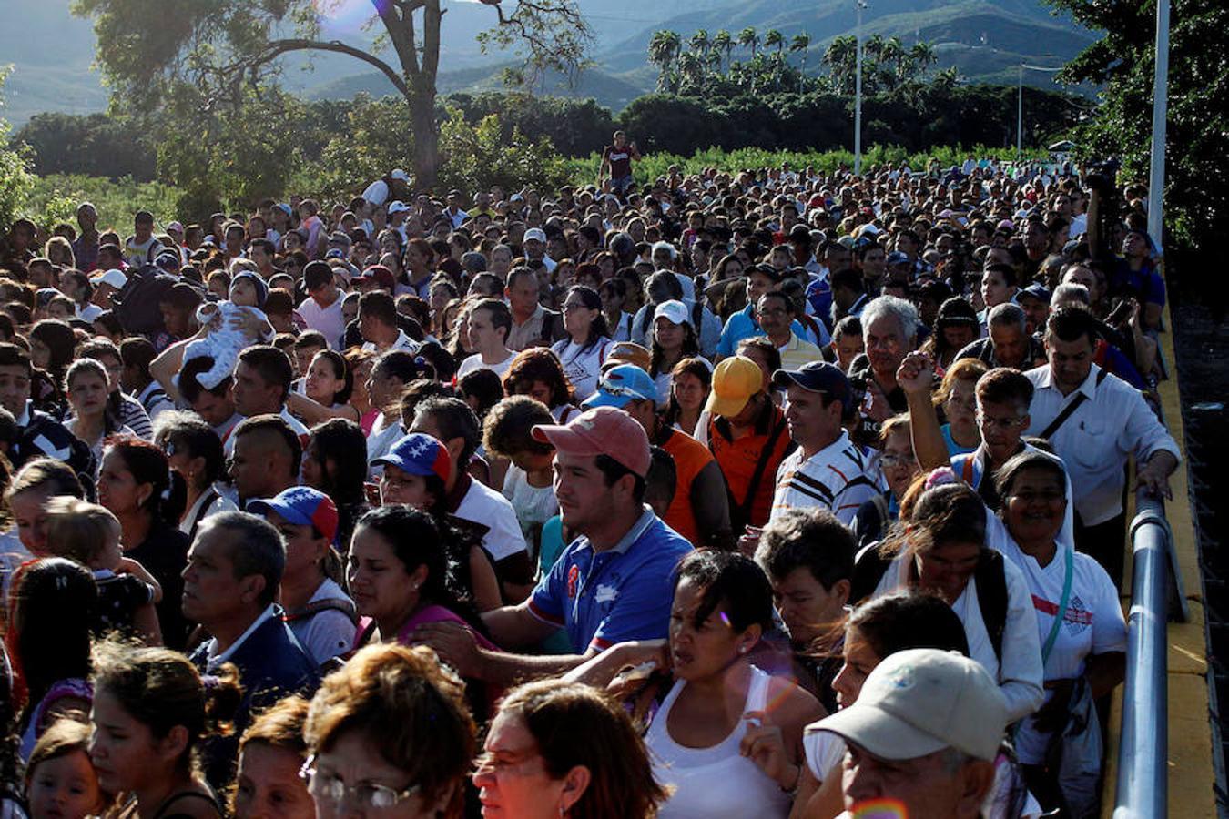 Miles de venezolanos cruzan la frontera en busca de alimentos