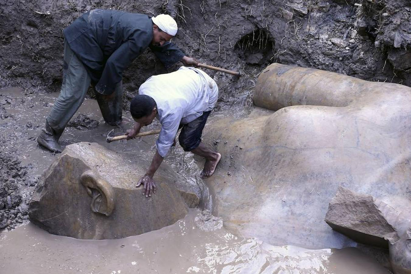 Entre el fango y la basura que no se deja esconder junto a los edificios sin terminar en las calles de Suq al Jamis, en el este de El Cairo, una misión de egiptólogos egipcios y alemanes descubrió este mes lo que el Ministerio de Antigüedades egipcio calificó como «uno de los descubrimientos más importantes de la historia»