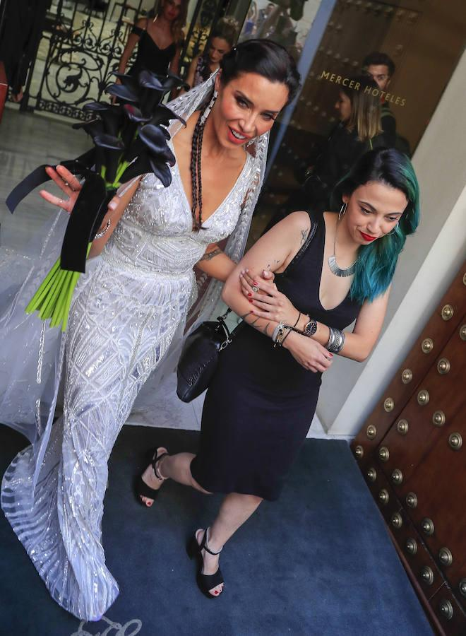 Pilar Rubio saliendo del hotel en dirección a la Catedral de Sevilla