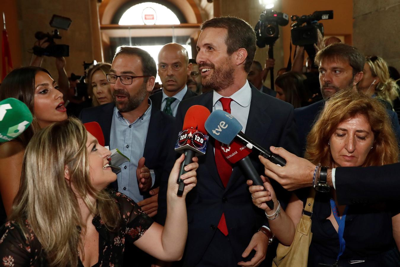 El presidente del PP, Pablo Casado, atiende a los medios a su llegada a la Real Casa de Correos de Madrid
