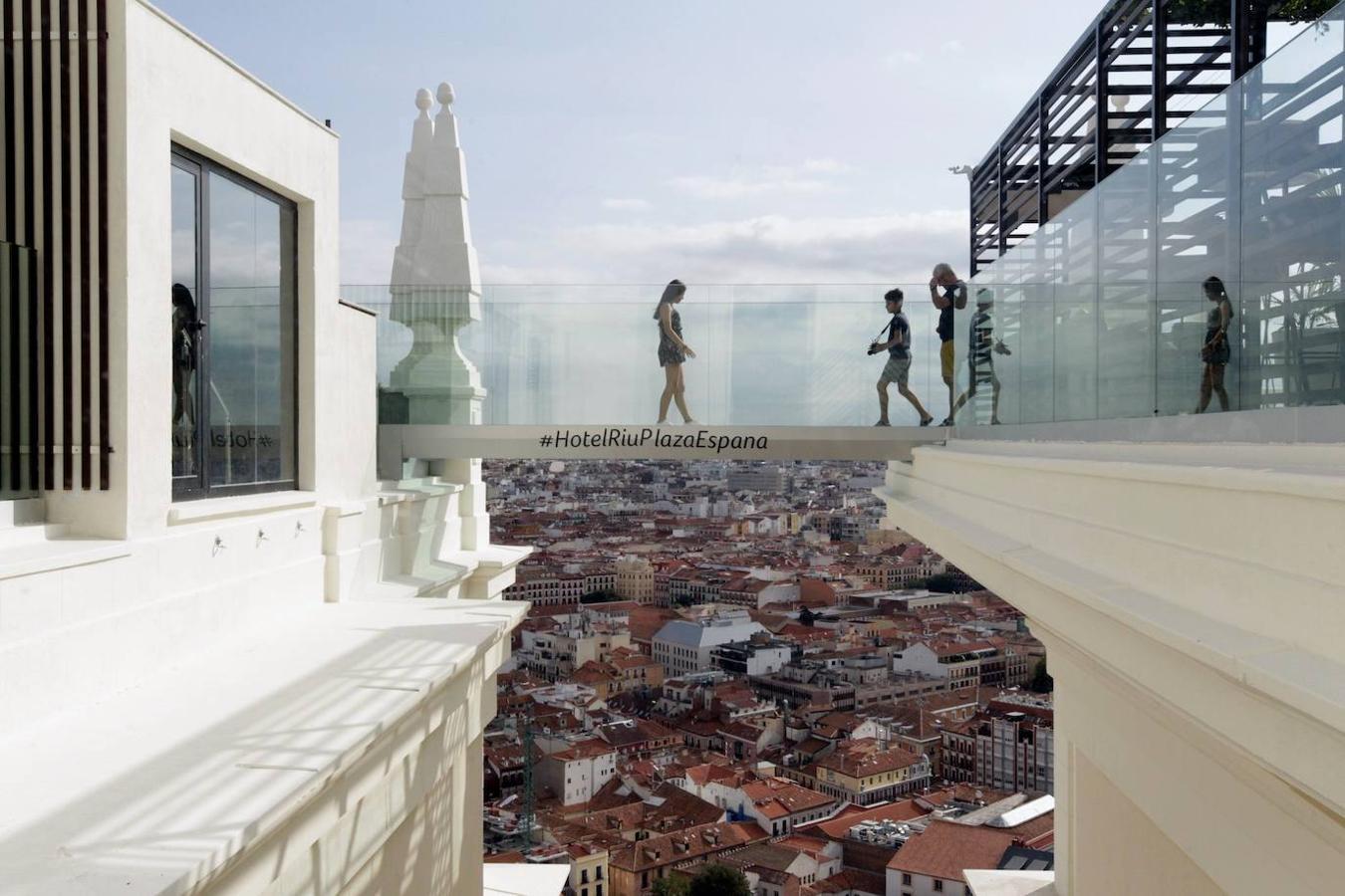 Pasarela de cristal del hotel Riu, con vistas a Madrid