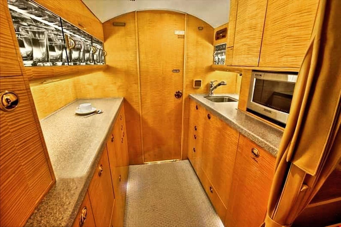 Dos cocinas y baños