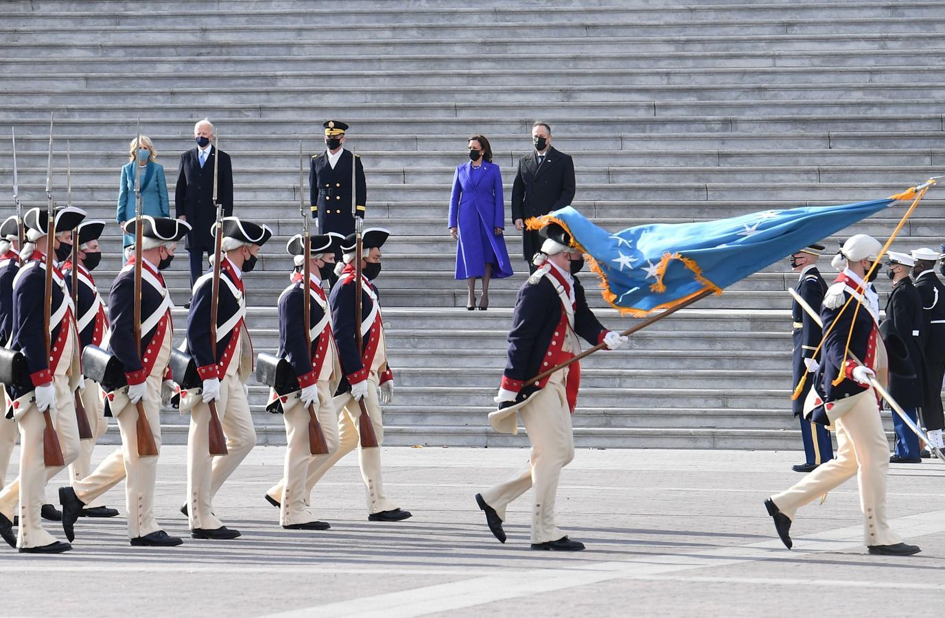 Los Biden y los Harris, durante la revista militar a la afueras del Capitolio