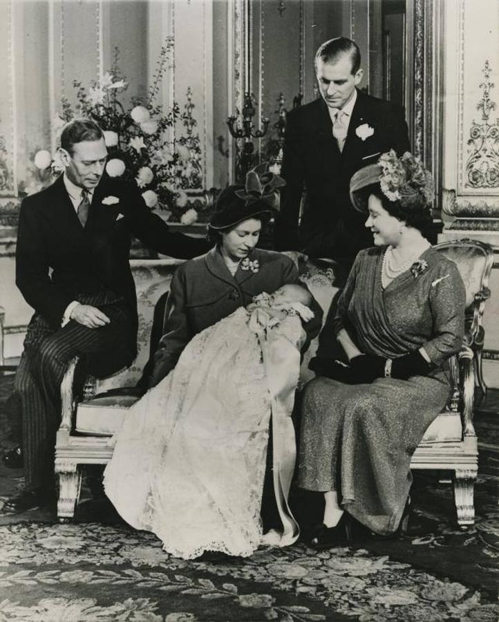 Foto familiar tras el bautizo del heredero de la Corona de Inglaterra, el príncipe Carlos en el Palacio de Buckingham