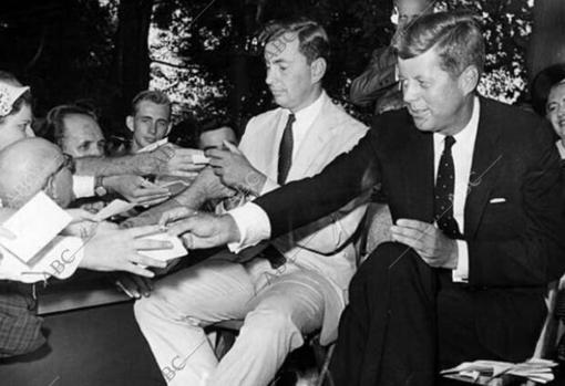 En la foto aparecen Vidal y Kennedy en plena campaña electoral, en 1960