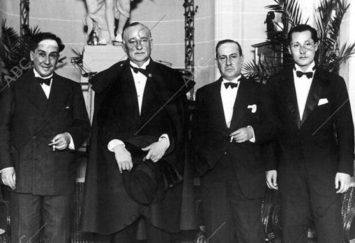 Los hermanos Machado, Manuel y Antonio, junto a Miguel Primo de Rivera y su hijo José Antonio en noviembre de 1929