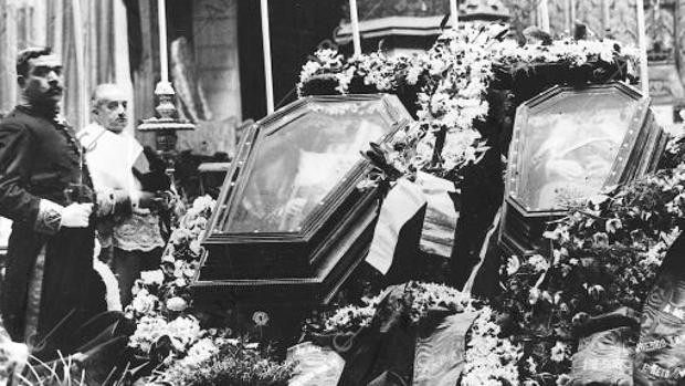 Capilla ardiente del Rey Carlos I de Portugal y el Príncipe heredero Luis Felipe, en febrero de 1908