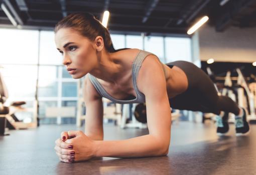 Mujer practicando la plancha abdominal
