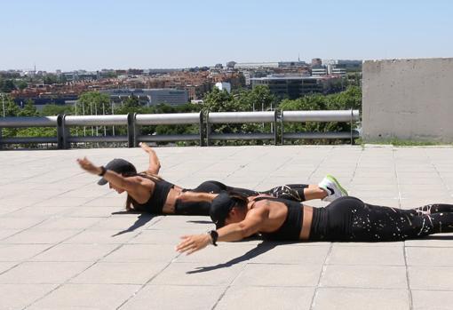 Las Gemelas Pin, practicando el ejercicio de elevación de pecho.