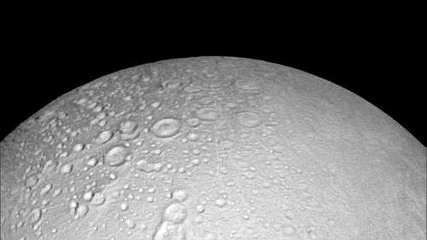 La luna de Saturno «Encélado» esta dividida en dos regiones, en el norte la superficie está cubierta de cráteres, como si se tratara de una Luna helada aunque en la región del sur la tierra está fracturada