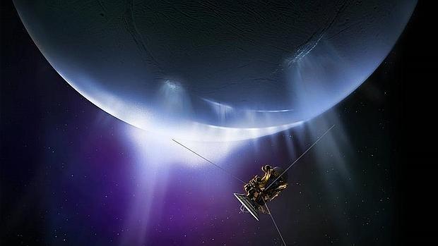 Recreación de la sonda en las proximidades del polo sur de Encélado, donde una pluma de hielo es expulsada al espacio a causa del calor interno
