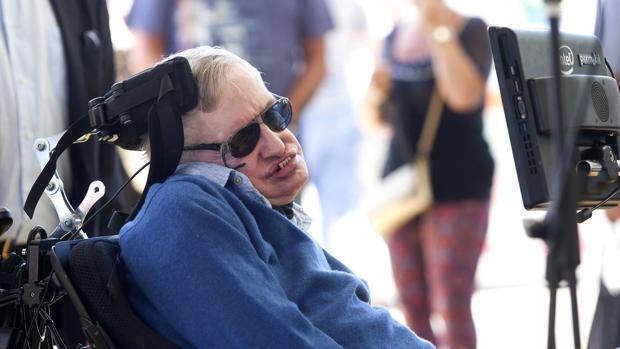 El físico Stephen Hawking a su llegada a la isla de Tenerife donde participará en el Festival Starmus