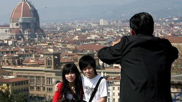 Dos turistas posan para una fotografía en Florencia