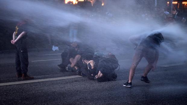 La policía dispara cañones de agua contra los manifestantes durante una protesta contra la celebración de la cumbre del G20 en Hamburgo