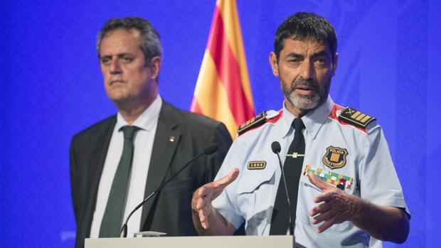 El conseller de Interior, Joaquim Forn (i), y el mayor de los Mossos d'Esquadra, Josep Lluís Trapero (d)