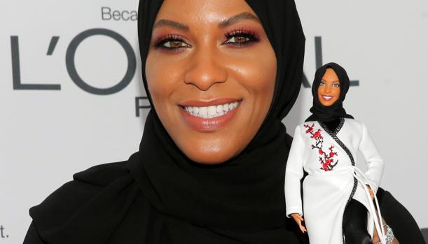 Ibtihaj Muhammad posa con la Barbie que la homenajea