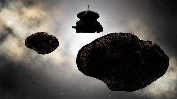 Recreación artística de la nave espacial New Horizons de la NASA volando sobre MU69 el 1 de enero de 2019. Las primeras observaciones apuntan a que el objeto del cinturón de Kuiper puede ser binario y tener una luna