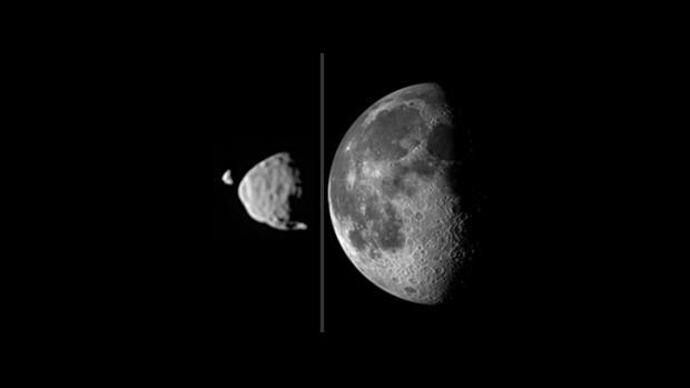 Esta imagen compuesta compara el tamaño de las lunas de Marte, Deimos y Fobos, como se ven desde la superficie del Planeta Rojo, en relación con el tamaño en que nuestra Luna es vista desde la superficie de la Tierra. Nuestra Luna es 100 veces más grande que Phobos, pero las marcianas orbitan mucho más cerca de su planeta, haciendo que parezcan relativamente más grandes en el cielo