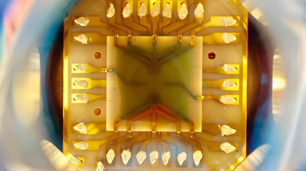 Chip en cuyo interior se ha generado un condensado de Bose-Einstein de 105 átomos. Mide 3x3 centímetros y tiene circuitos de oro