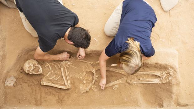 Trabajos de excavación en un cementerio filisteo en Ascalón