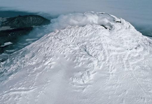 La cumbre del Monte Miguel, en la remota isla de Saunders, cubierta por nubes