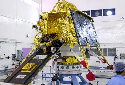 El aterrizador Vikram y el rover Pragyan, sobre la rampa de descenso, durante la preparación de la misión