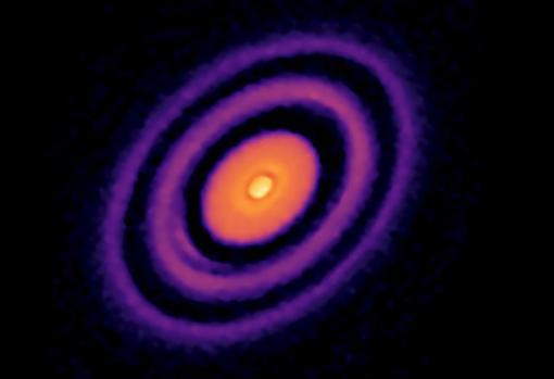 Una imagen de un disco protoplanetario, tomada desde el Observatorio ALMA en Chile. Los anillos interiores negros son huecos en el disco