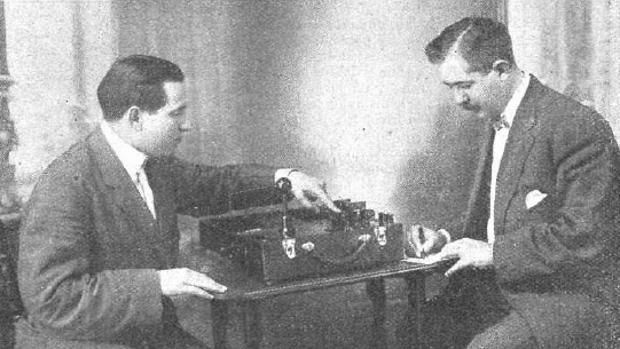 Mónico Sánchez Moreno, izquierda, mostrando su aparato portátil de rayos X a un médico