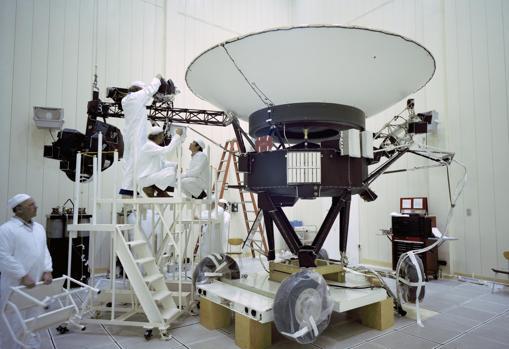 Ingenieros trabajando en la Voyager 2, el 23 de marzo de 1977
