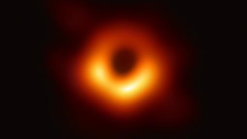 La primera fotografía de una agujero negro. Dicho objeto está en la galaxia M87, a 55 millones de años luz de la Tierra