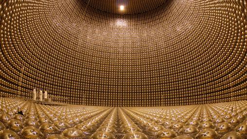 Interior del detector de neutrinos Super-Kamiokande, en Japón. Este año se aprobará la construcción de unas instalaciones todavía mayores